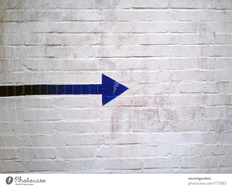 [KI09.1] anfang oder ende? weiß blau Farbe kalt Wand Stein Mauer Linie Architektur Fassade Perspektive Ziel Baustelle rein Pfeil Zeichen