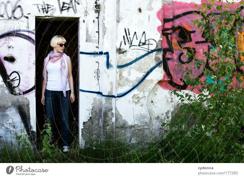 Urban Frau Mensch Natur Jugendliche schön Erwachsene Leben Wand Umwelt Freiheit Graffiti Stil Mauer Traurigkeit träumen Mode