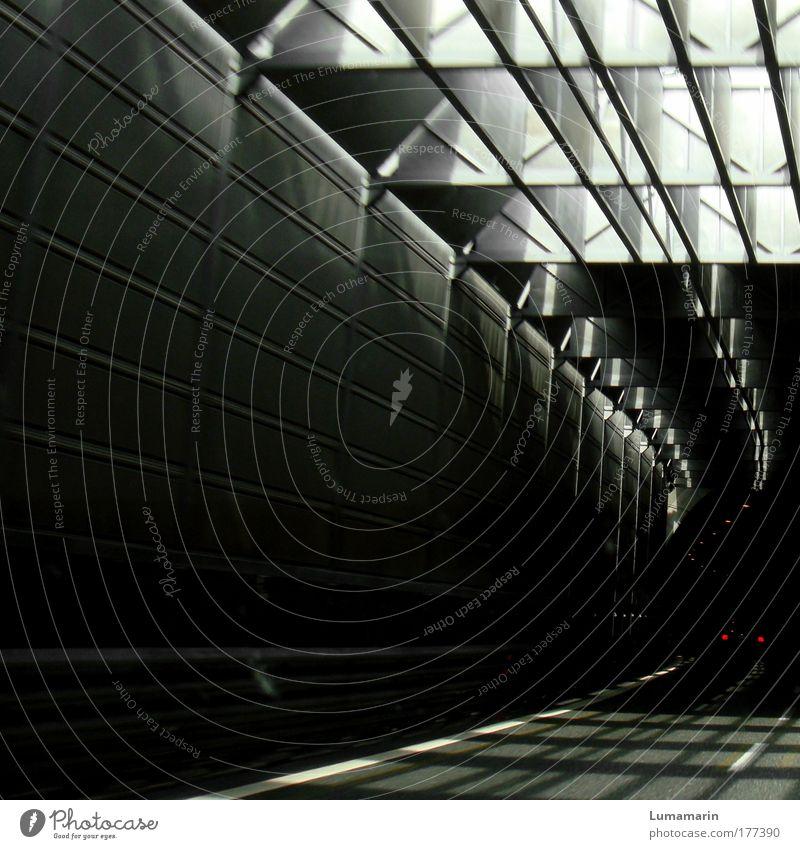 Intermezzo Farbfoto Gedeckte Farben Muster Menschenleer Textfreiraum links Licht Schatten Kontrast Bewegungsunschärfe Tunnel Architektur Verkehr Verkehrswege