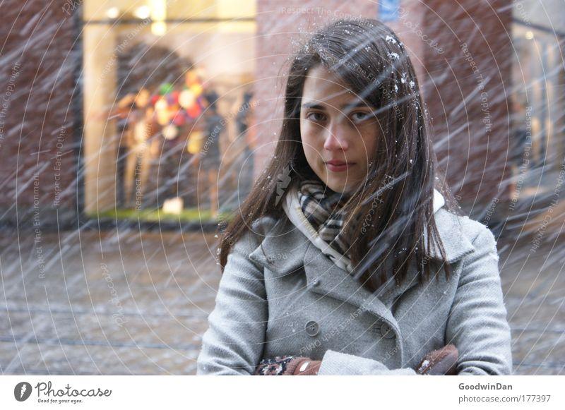 Snowy Jugendliche schön feminin träumen Erwachsene Frau brünett Mantel langhaarig schlechtes Wetter Junge Frau 18-30 Jahre