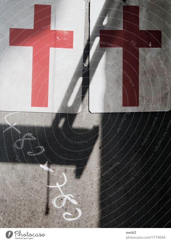Gemeinnützig Werkstatt Mauer Wand Metall Kunststoff Zeichen Ziffern & Zahlen Christliches Kreuz dreckig einfach trashig grau rot schwarz weiß Identität