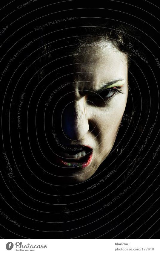 Böse Mädchen kommen überall hin Farbfoto Gedeckte Farben Studioaufnahme Hintergrund neutral Nacht Low Key Porträt Vorderansicht Blick in die Kamera feminin
