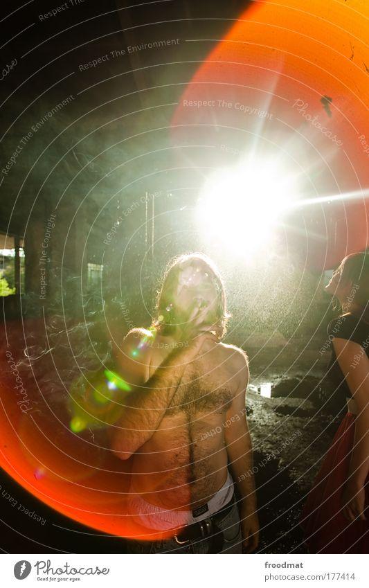 wasserpfeife Farbfoto mehrfarbig Innenaufnahme Tag Kunstlicht Blitzlichtaufnahme Licht Sonnenlicht Sonnenstrahlen Gegenlicht Oberkörper Blick in die Kamera