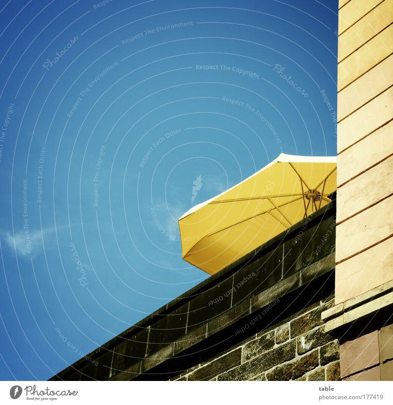 Hitzefrei Himmel blau Stadt Haus gelb Erholung Wand Gefühle Architektur Stil Mauer Stein Gebäude Tourismus Lifestyle