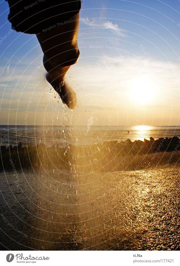 Watt abwaschen Natur Jugendliche blau Wasser Ferien & Urlaub & Reisen Sommer Sonne Meer Strand Erwachsene Landschaft Freiheit Junge Frau Küste Beine Fuß
