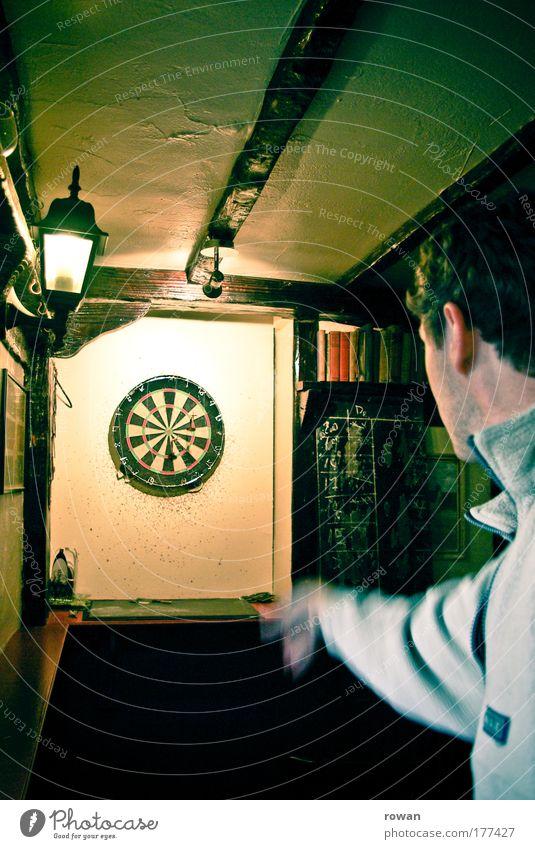 zielsicher Mann Freude Erwachsene Erholung Spielen Zusammensein Freizeit & Hobby maskulin Ziel werfen Pub Konkurrenz Treffer Entertainment ausgehen Kneipe