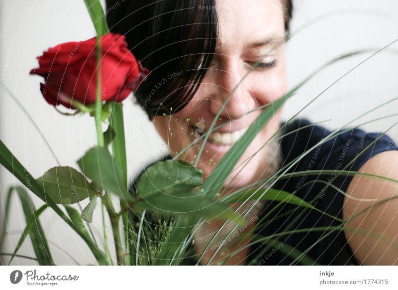 Rosenstrauß und lachendes Frauengesicht Lifestyle Freude Glück Erwachsene Leben Gesicht 1 Mensch 30-45 Jahre 45-60 Jahre Blumenstrauß Lächeln Freundlichkeit