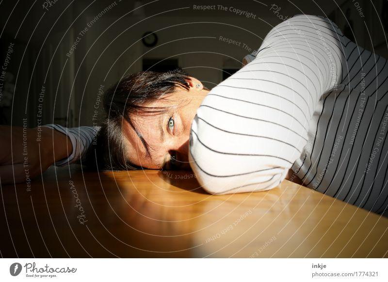 Mittagsschläfchen Mensch Frau Hand Einsamkeit Gesicht Erwachsene Leben Traurigkeit Gefühle Lifestyle Stimmung hell Häusliches Leben Freizeit & Hobby liegen