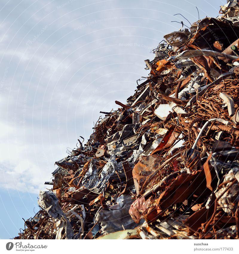 diagonaler abfall .. Farbfoto Außenaufnahme Textfreiraum links Energiekrise Metall Stahl Rost Erdöl Endzeitstimmung sparsam konsum wegwerfen Schrott