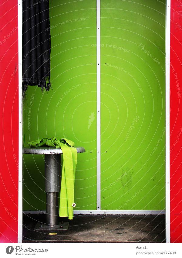Schal grün rot Einsamkeit Stil braun dreckig liegen verrückt kaputt Stoff Vorhang Möbel vergessen Accessoire grell