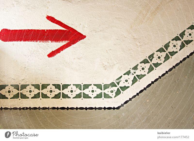 richtungsweisend alt rot Wand Mauer Wege & Pfade Graffiti gehen Schilder & Markierungen Treppe Vergänglichkeit Pfeil Zeichen Verfall Vergangenheit Hinweisschild historisch