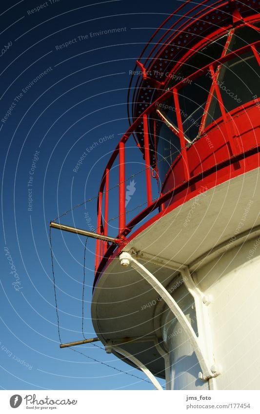 Leuchtturm im Himmel Farbfoto Außenaufnahme Menschenleer Textfreiraum links Textfreiraum oben Froschperspektive Küste Insel Amrum Turm Sehenswürdigkeit