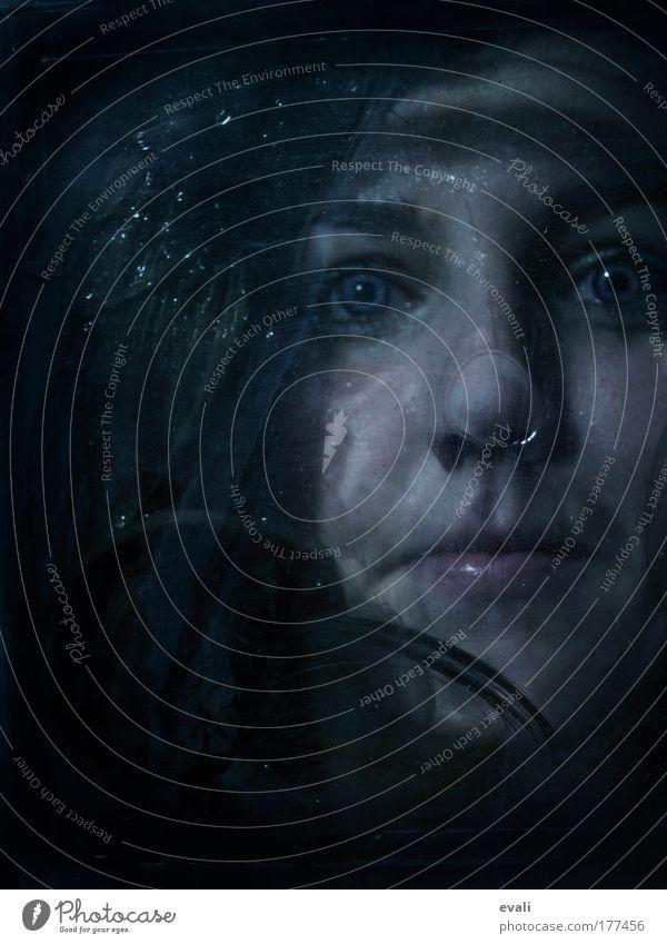 I'm going down to sleep on the bottom of the ocean Farbfoto Textfreiraum links Blitzlichtaufnahme Schatten Porträt Blick Blick in die Kamera feminin Junge Frau