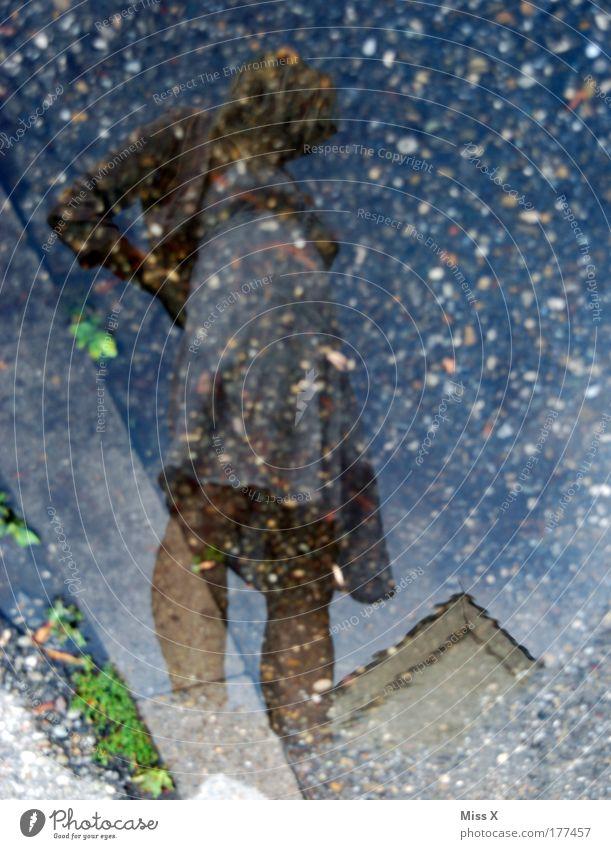 Spiegelces Mensch Jugendliche Wasser Erwachsene feminin Straße Wege & Pfade Regen blond Platz stehen Kleid 18-30 Jahre dünn Unwetter