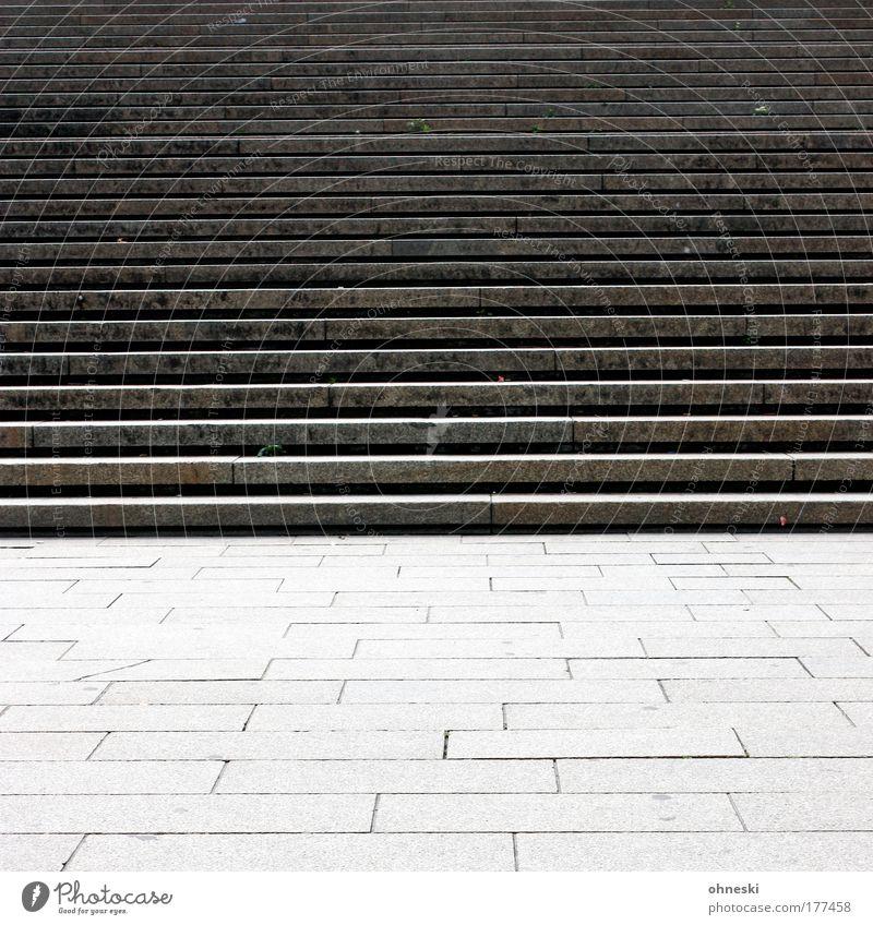 Kein Land in Sicht Stadt Einsamkeit grau Stein Traurigkeit Beton Treppe Platz trist Frustration Erschöpfung eckig Enttäuschung Misserfolg Unlust