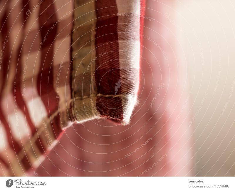 kariert und zugenäht Bekleidung Hemd Stoff historisch nah retro rot weiß Naht Saum Spitze Tradition hängend hängen lassen Farbfoto Innenaufnahme Nahaufnahme