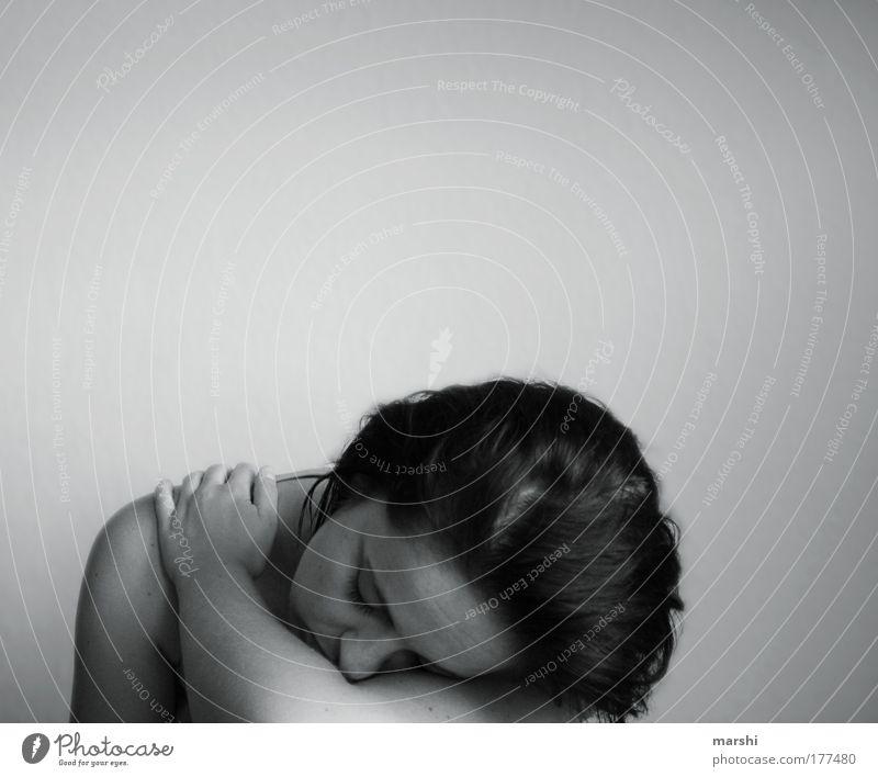 schwach Schwarzweißfoto Oberkörper feminin Junge Frau Jugendliche Kopf Haare & Frisuren Gefühle Stimmung ruhig Traurigkeit Sorge Unlust Schmerz Sehnsucht