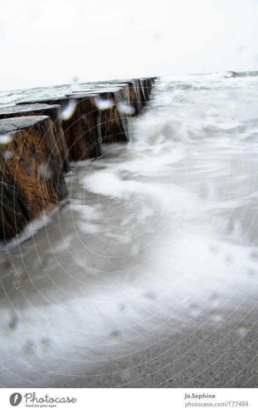 Waschgang Natur Urelemente Wasser Wassertropfen Wetter Sturm Regen Wellen Küste Strand Ostsee nass grau chaotisch Kraft Buhne Holzpfahl Hiddensee Naturgewalt