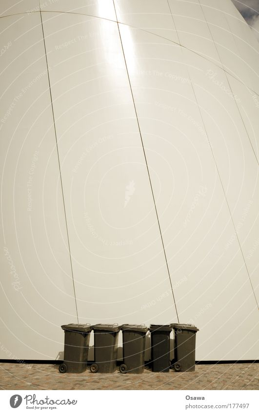 Mülltonnen Himmel weiß schwarz Wand Denken rund Reihe Kopfsteinpflaster Müllbehälter gekrümmt Hochformat