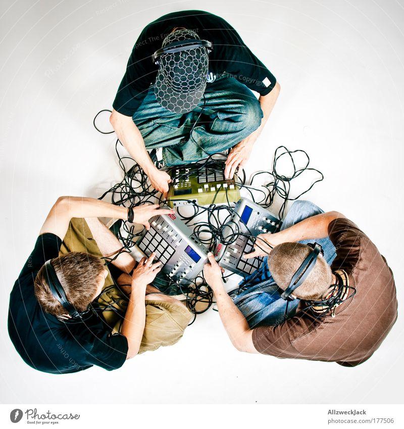 Drei Fachexperten Farbfoto Studioaufnahme Hintergrund neutral Kunstlicht Blitzlichtaufnahme Vogelperspektive Ganzkörperaufnahme Blick nach unten Wegsehen