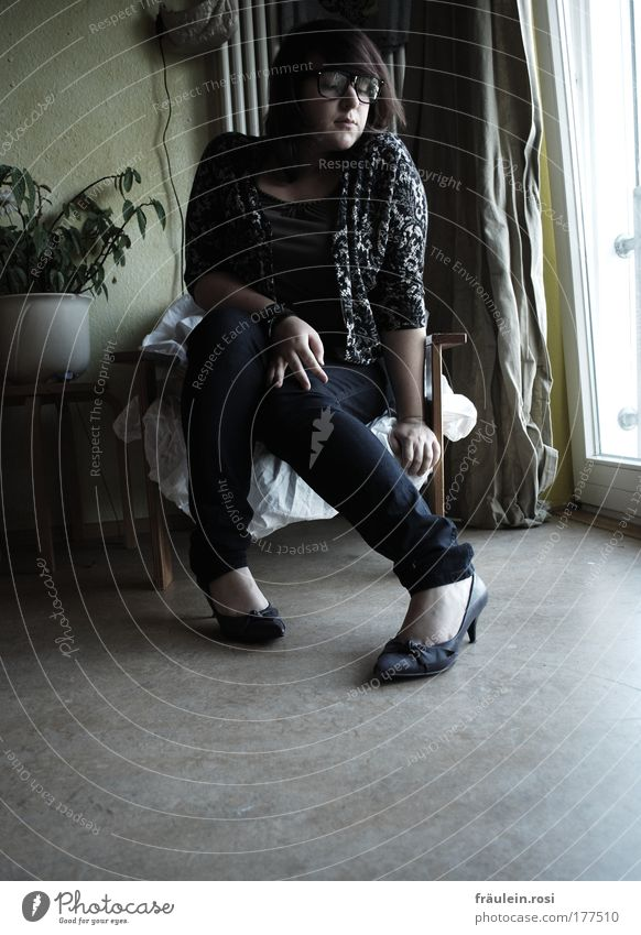 In den Schuhen meiner Schwester Innenaufnahme Tag Schatten Kontrast Zentralperspektive Ganzkörperaufnahme Vorderansicht Blick nach unten Wegsehen Sessel Raum