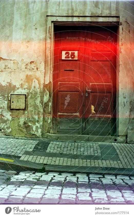 Hausnummer 25 Menschenleer Sightseeing Städtereise Häusliches Leben Prag Altstadt Gebäude Architektur Mauer Wand Fassade Tür Griff Holz Schriftzeichen alt