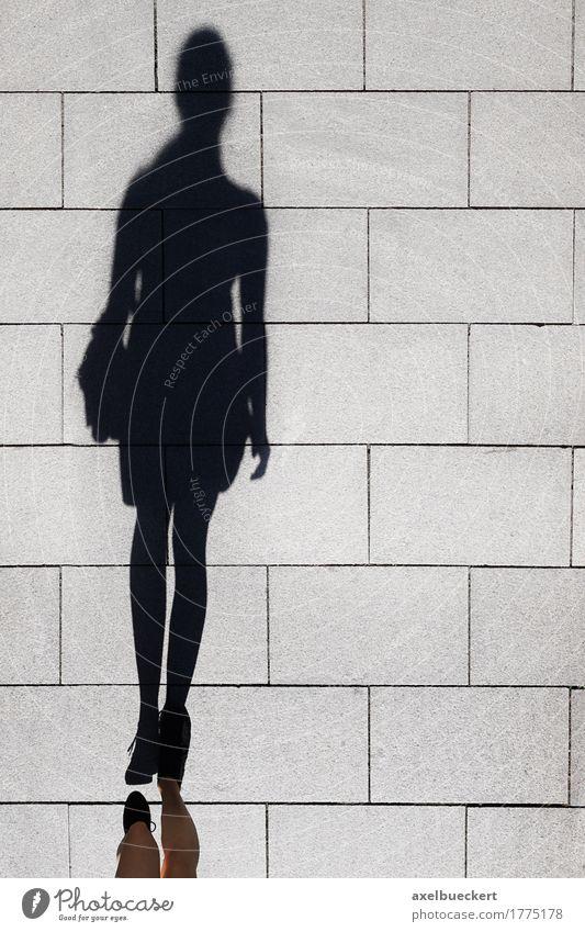 Schatten einer Frau, die auf Fußgängerzone geht Lifestyle elegant Mensch feminin Erwachsene 1 Straße laufen lang oben Bürgersteig Fußweg Figur Boden unkenntlich