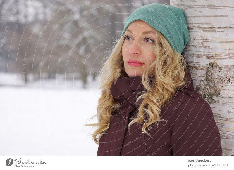 nachdenkliche Frau, die an Baum im Winter sich lehnt Lifestyle Freizeit & Hobby Schnee Winterurlaub Mensch feminin Junge Frau Jugendliche Erwachsene 1