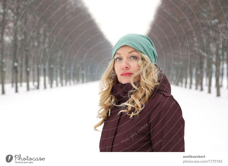 Frau in Schnee bedeckte Gasse Mensch Natur Jugendliche Junge Frau Baum Landschaft Einsamkeit Winter Wald Erwachsene kalt Lifestyle feminin Park