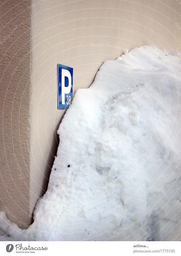 den abschleppdienst ruf Winter kalt Wand Schnee Mauer Parkplatz Parkplatznummer Parkschild Schneehaufen