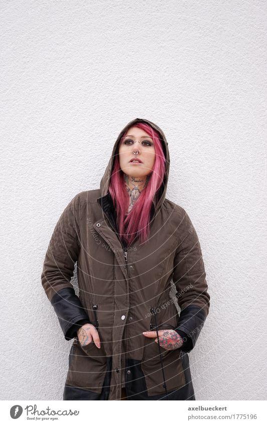 Frau mit rosa Haaren Piercings und Tattoos Lifestyle Mensch Junge Frau Jugendliche Erwachsene 1 18-30 Jahre Jugendkultur Subkultur Punk langhaarig stehen