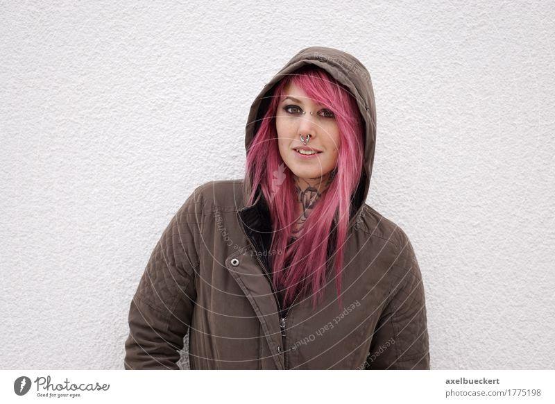 Mensch Frau Jugendliche Junge Frau 18-30 Jahre Erwachsene Lifestyle Textfreiraum authentisch Jugendkultur Coolness Tattoo ernst Punk Piercing Kapuze
