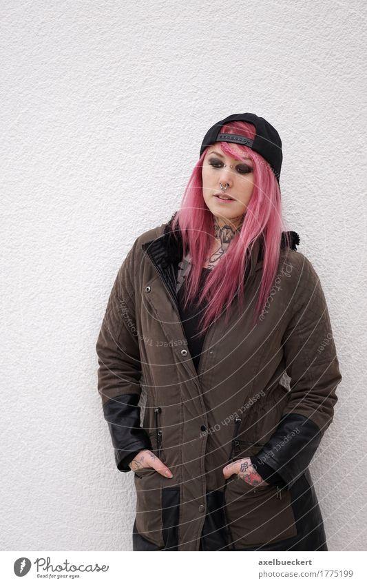 junge Frau mit rosa Haaren auf der Suche nach unten Lifestyle Stil Mensch feminin Junge Frau Jugendliche Erwachsene 1 18-30 Jahre Jugendkultur Subkultur Punk
