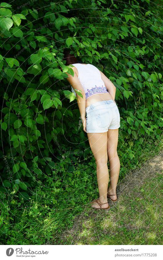 Mensch Frau Natur Jugendliche Pflanze Junge Frau Mädchen 18-30 Jahre Erwachsene lustig Lifestyle Spielen Garten Park Freizeit & Hobby Sträucher