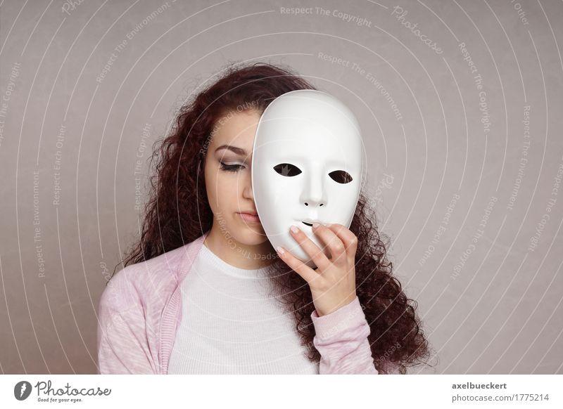 Versteckendes Gesicht des traurigen Mädchens hinter Maske Mensch feminin Junge Frau Jugendliche Erwachsene 1 18-30 Jahre Schauspieler brünett langhaarig Locken