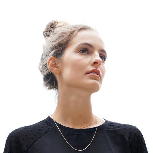 junge Frau, die in Abstand anstarrt schön Mensch feminin Junge Frau Jugendliche Erwachsene 1 18-30 Jahre brünett Coolness frisch hell selbstbewußt ruhig