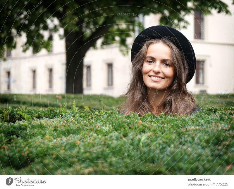 glückliche junge Frau in einem Park Lifestyle Stil Freude schön Freizeit & Hobby Mensch feminin Junge Frau Jugendliche Erwachsene 1 18-30 Jahre Garten Mode Hut