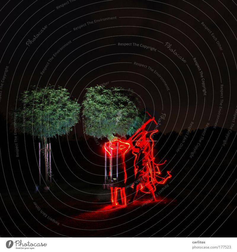 Höllischer Ärger bei Familie Teufel Experiment Nacht Lichterscheinung Langzeitbelichtung Weitwinkel Halloween Axt Feuer Baum Graffiti kämpfen schreien