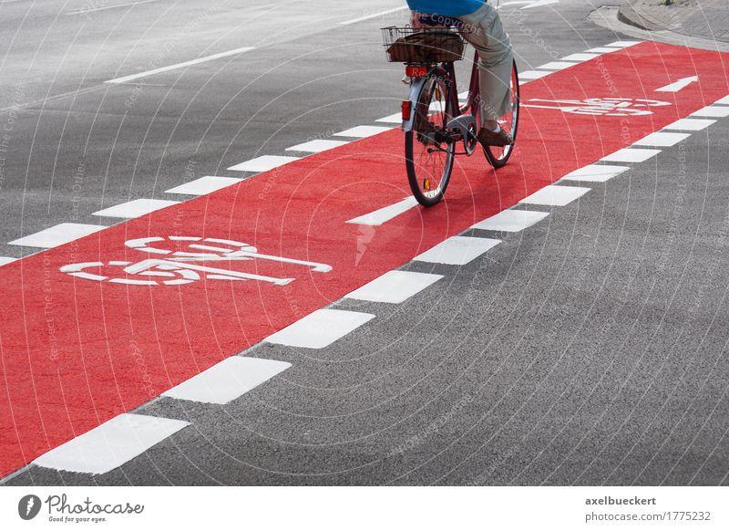 Radspur Mensch Ferien & Urlaub & Reisen Mann Stadt rot Erwachsene Straße Wege & Pfade Sport Lifestyle Deutschland Freizeit & Hobby Verkehr Fahrrad Fahrradfahren