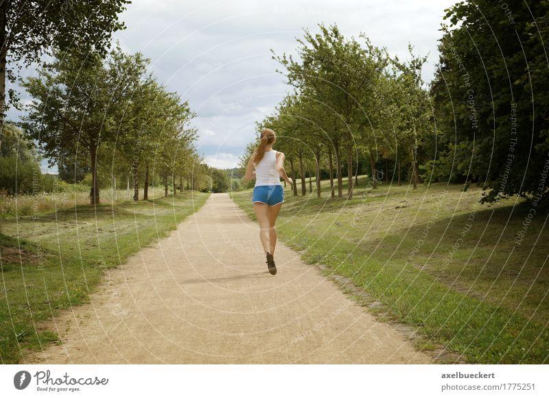 junge Frau joggen Mensch Natur Jugendliche Sommer Junge Frau Landschaft Erholung Mädchen 18-30 Jahre Erwachsene Wege & Pfade Sport Lifestyle feminin Park