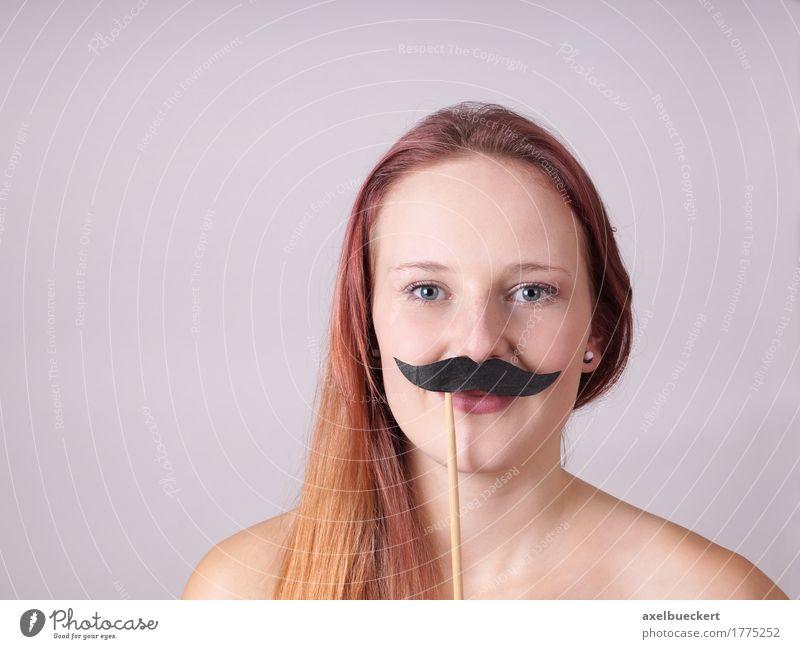 junge Frau mit falschen Schnurrbart Lifestyle Mensch maskulin feminin androgyn Junge Frau Jugendliche Erwachsene Gesicht 1 18-30 Jahre rothaarig langhaarig
