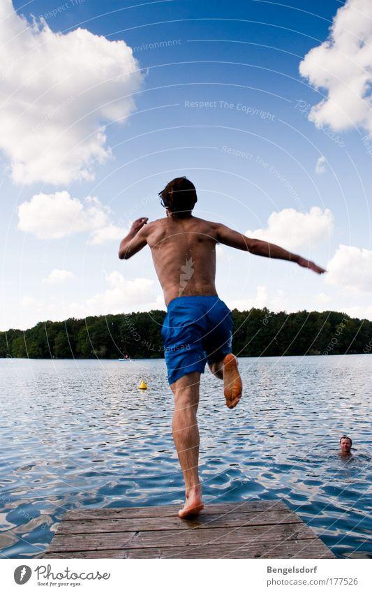 Schäfchenwolken küssen Mensch Jugendliche Sonne Ferien & Urlaub & Reisen Sommer Strand Freude Wolken Ferne Erholung Leben Freiheit springen See Rücken
