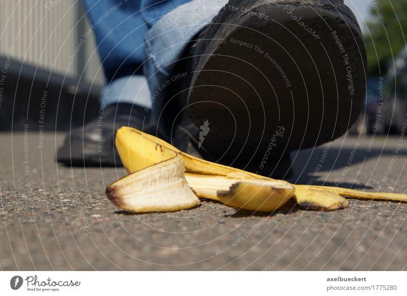 Person über eine Bananenschale zu rutschen Frucht Mensch Mann Erwachsene Fuß 1 Fußgänger Straße Schuhe gefährlich Slapstick Boden Rutschgefahr ausrutschen