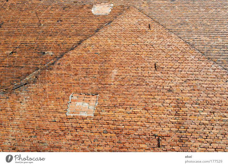 Patchwork rot Haus Wand Stein Mauer Baustelle Vergänglichkeit Bauwerk Spuren Backstein Handwerker Renovieren nachhaltig Krise Altstadt Endzeitstimmung