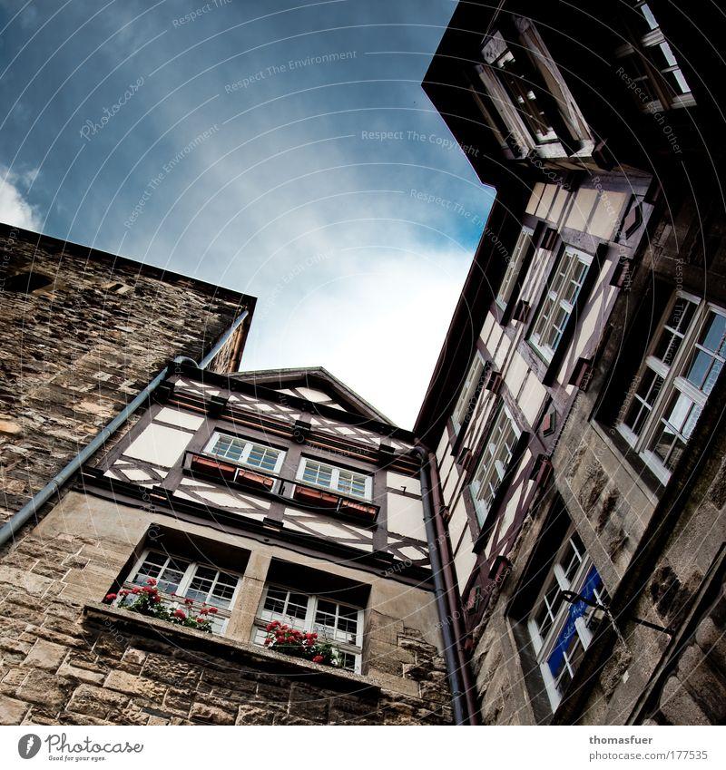 aufstrebend alt blau Stadt Haus Fenster Stein Gebäude braun hoch Fassade ästhetisch Tourismus Kultur Tor Vergangenheit historisch