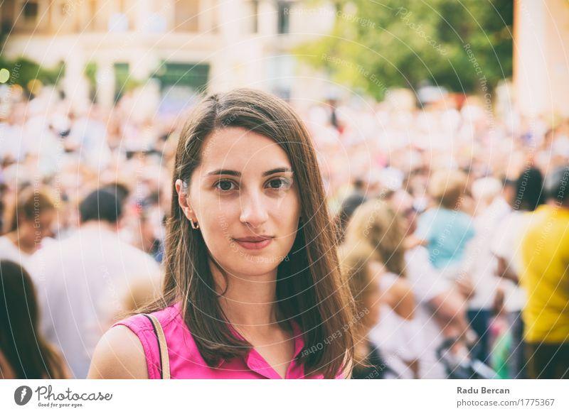 Nettes Mädchen-Porträt mit Menge von Leuten im Hintergrund Mensch Frau Ferien & Urlaub & Reisen Jugendliche Stadt Farbe Sommer schön Junge Frau Freude
