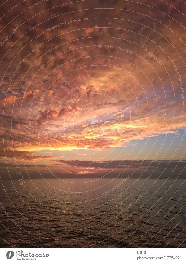 Atmosphärischer Sonnenuntergang auf offener See. Natur Landschaft Wasser Himmel Horizont Sonnenaufgang Klima Wetter Schönes Wetter Meer schön einzigartig