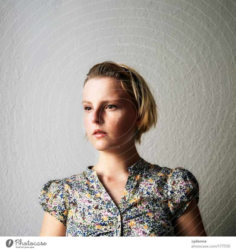 Portrait Farbfoto Innenaufnahme Nahaufnahme Textfreiraum oben Hintergrund neutral Tag Schatten Kontrast Schwache Tiefenschärfe Zentralperspektive Porträt