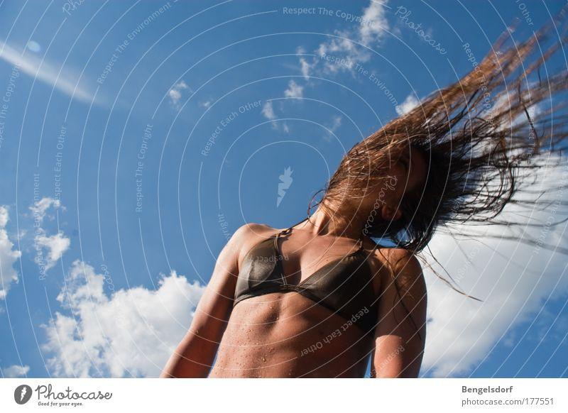 Windstärke Mensch Himmel Jugendliche Wasser schön Ferien & Urlaub & Reisen Sonne Meer Sommer Strand Wolken Ferne feminin Erotik Freiheit Haare & Frisuren