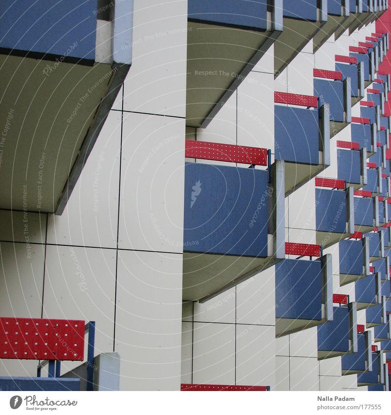 Balkone blau rot Haus Stein Architektur trist Häusliches Leben Balkon Bauwerk